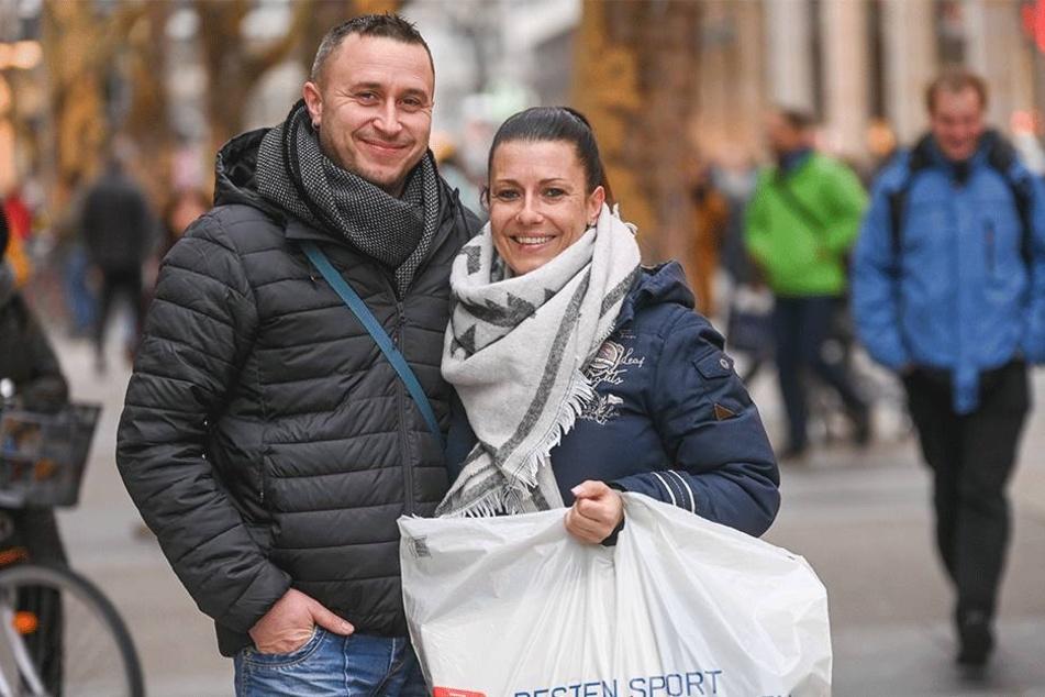 Anja (35) und Marco Becher (39) aus Chemnitz nutzen die Zeit nach dem Fest zum gemütlichen Shoppen.