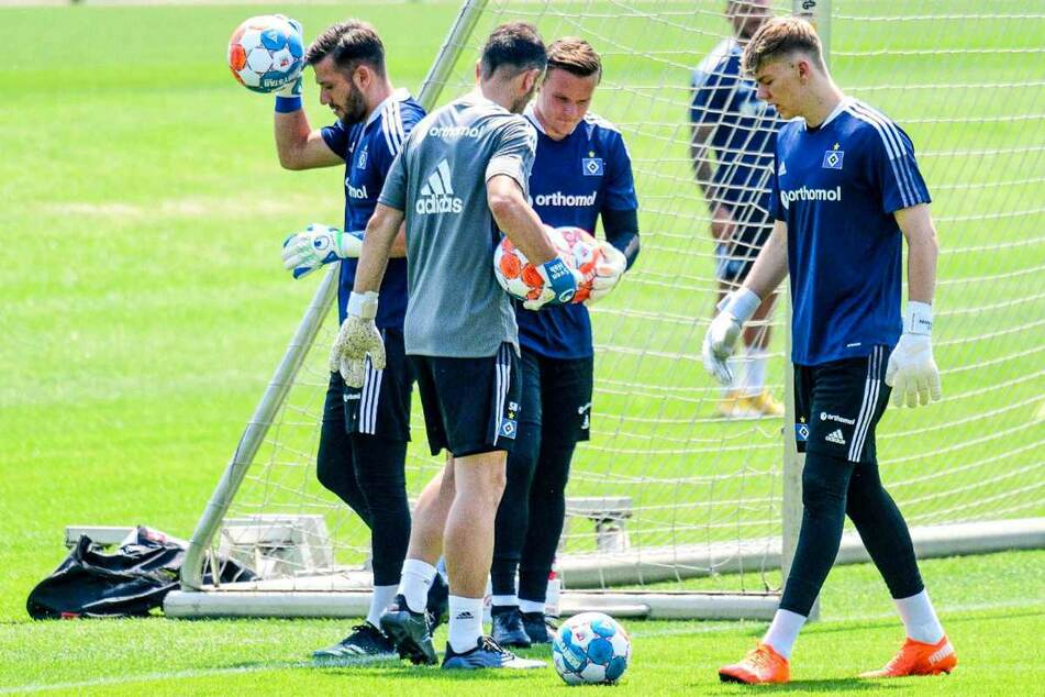 HSV-Torwarttrainer Sven Höh (37, 2.v.l.) spricht mit den Keepern Daniel Heuer Fernandes (28, l.), Tom Mickel (32) und Leon Oppermann (19, r.).