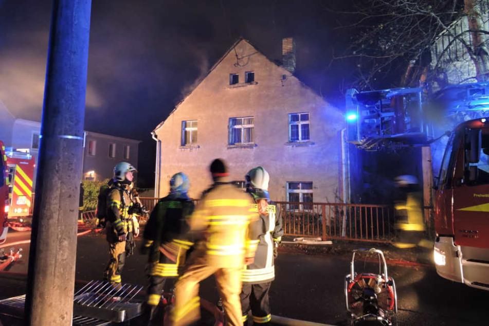 Dichter Rauch drang am Samstagabend aus dem Mehrfamilienhaus in dem Dörfchen Draschwitz bei Leipzig.