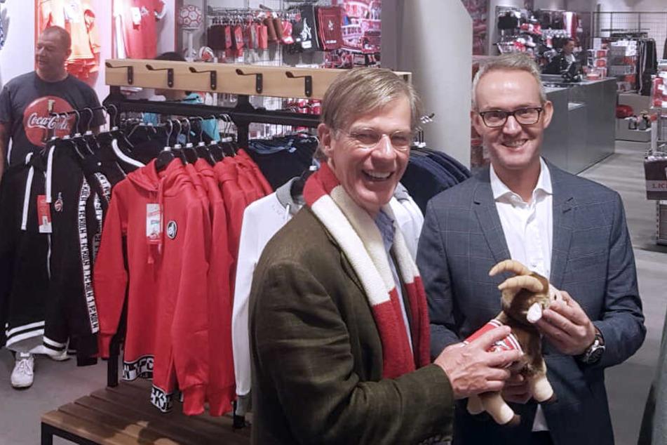 Effzeh-Vorstandsmitglied Jürgen Sieger (l.) und Effzeh-Geschäftsführer Alexander Wehrle guckten sich vor der offiziellen Eröffnung am Donnerstag bereits am Mittwoch den neuen Fanshop im C&A an der Schildergasse an.