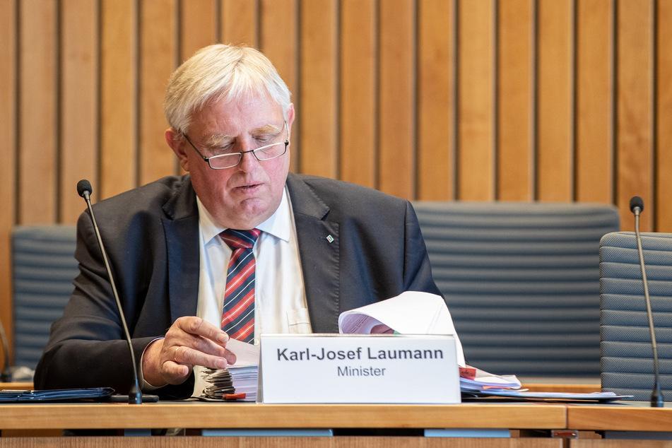 Karl-Josef Laumann (CDU), Gesundheitsminister von Nordrhein-Westfalen, sitzt im Gesundheitsausschuss des nordrhein-westfälischen Landtags.