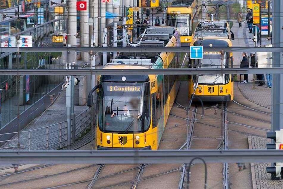 Straßenbahnen in Dresden, die Bundesregierung prüft, ob der Nahverkehr kostenlos werden könnte, um gegen Luftverschmutzung vorzugehen.