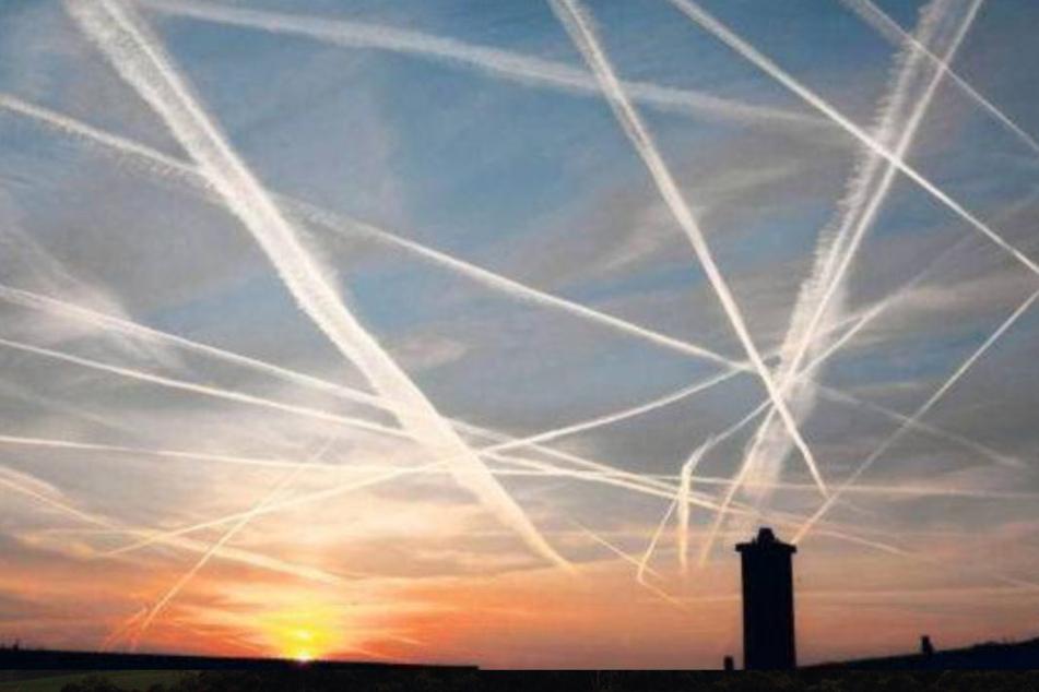 """Keine Chemtrails, sondern Wolken, die nun """"Homomutatus"""" (lat.: vom Menschen gemacht) heißen."""