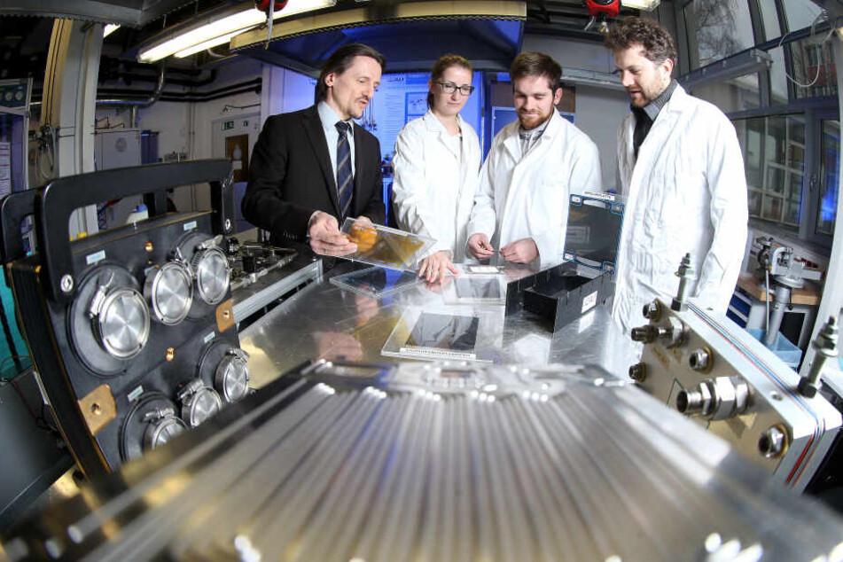 Brennstoffzellen-Professor Thomas von Unwerth (li.), hier mit Kristin Meyer, Karl Lötsch und Felix Rudolf, baut ein Netzwerk mit sächsischen Forschern und Firmen auf.