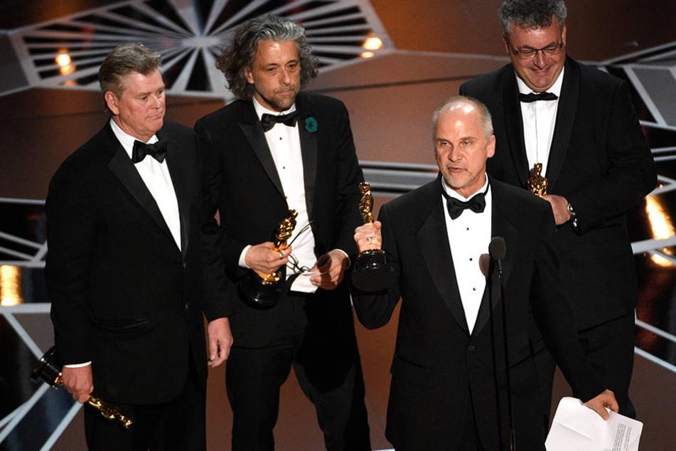 """Gerd Nefzer (r) nimmt mit seinen Kollegen den Oscar für die besten visuellen Effekte für den Film """"Blade Runner 2049"""" entgegen."""