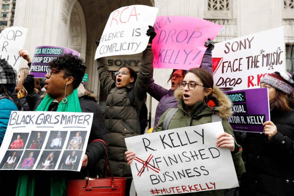 Aktivisten fordern am Sitz des Konzerns Sony Music in New York, dass dessen Label RCA seine Zusammenarbeit mit dem Sänger beendet.