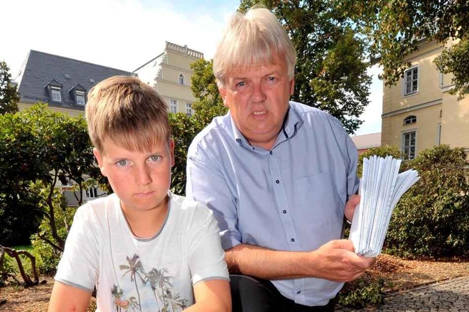 Hainichens Bürgermeister Dieter Greysinger (51, SPD) und Sohn Nico (11)  warten seit vier Wochen auf ihren Koffer.