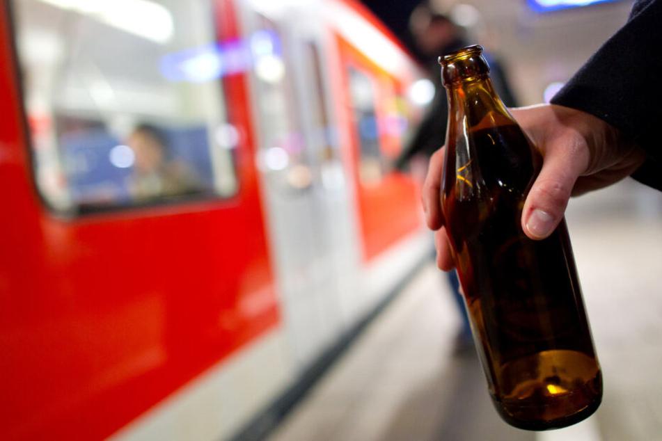 Mann attackiert Frau mit Bierflasche und tritt Hund: 18-Jähriger zeigt Zivilcourage