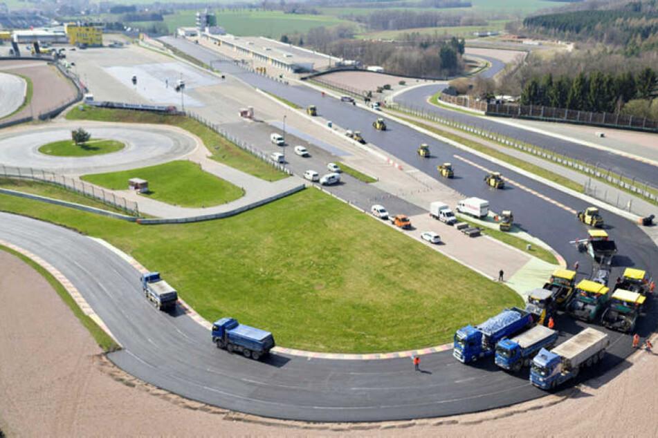 Der Sachsenring hat sich für sein Jubiläum und die kommende Motorrad-WM heraus geputzt. 3,8 Millionen Euro sind in die Erneuerung der Strecke geflossen.