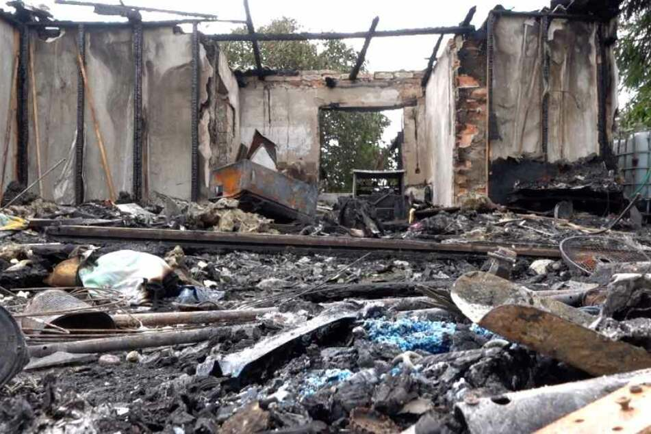 In dieser niedergebrannten Hütte fanden die Feuerwehrkameraden am Sonntagmorgen eine Leiche.