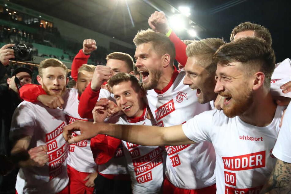 Die Spieler des 1. FC Köln feierten am Abend in Fürth den Aufstieg in die 1. Bundesliga.