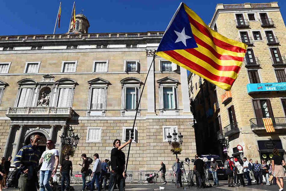 Ein Student schwenkte am Montag die Flagge Kataloniens vor dem Gebäude der Provinzregierung in Barcelona.