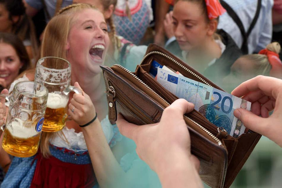 Kein Klopapier: Wiesn-Besucher wischt sich mit Geldscheinen ab und steckt sie wieder ins Portemonnaie