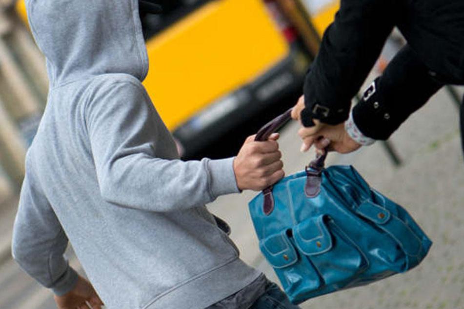 Wegen einer Handtasche Räuber schleift Seniorin (87) über Gehweg - Klinik!