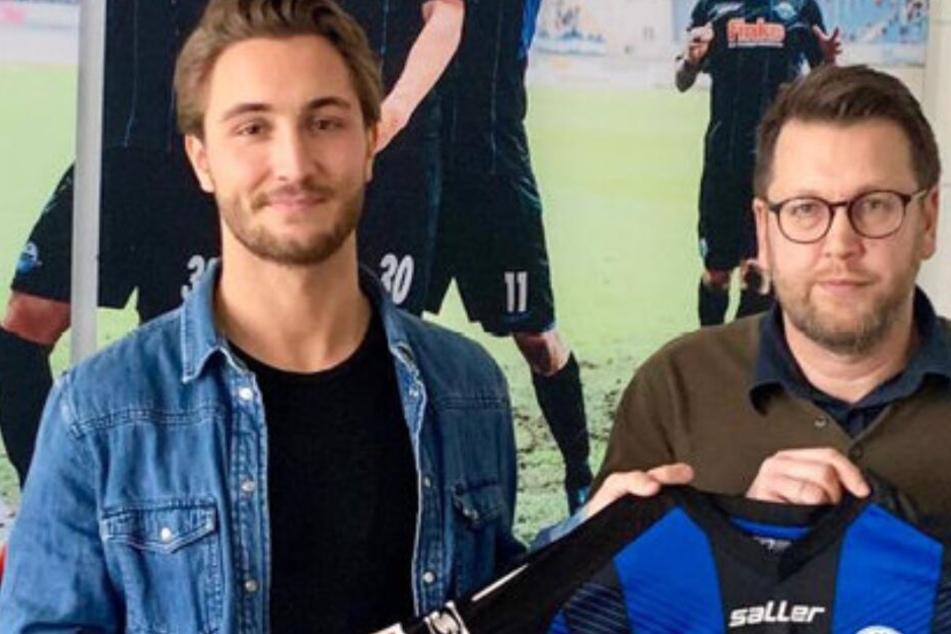 Der Leiter Sport für den Lizenzspielerbereich, Martin Przondziono (r.), heißt Felix Drinkuth in Paderborn willkommen.