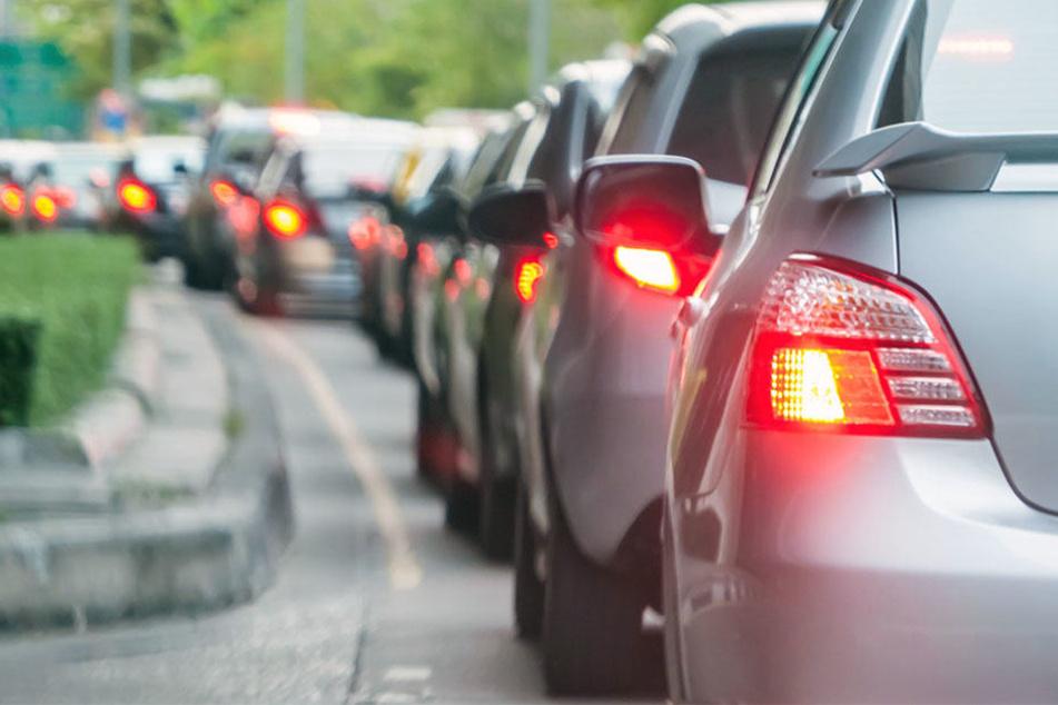Lkw-Fahrer kracht ungebremst in wartende Autos: Zwei Verletzte