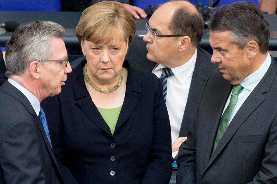 Angela Merkel mit einigen Kollegen am 22. Juni 2017 im Bundestag.