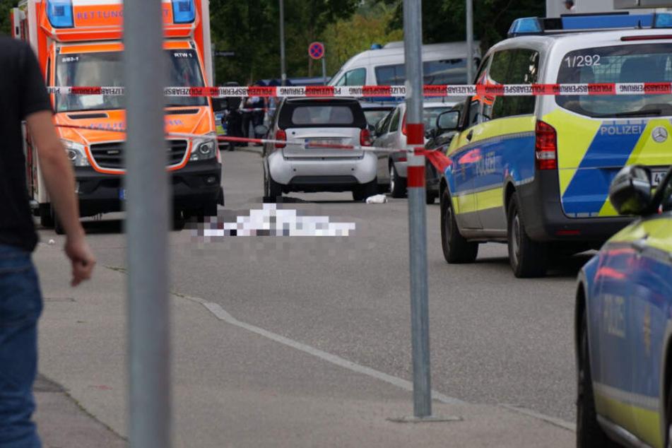 Der Tatort ist abgesperrt, das Opfer liegt auf der Straße.