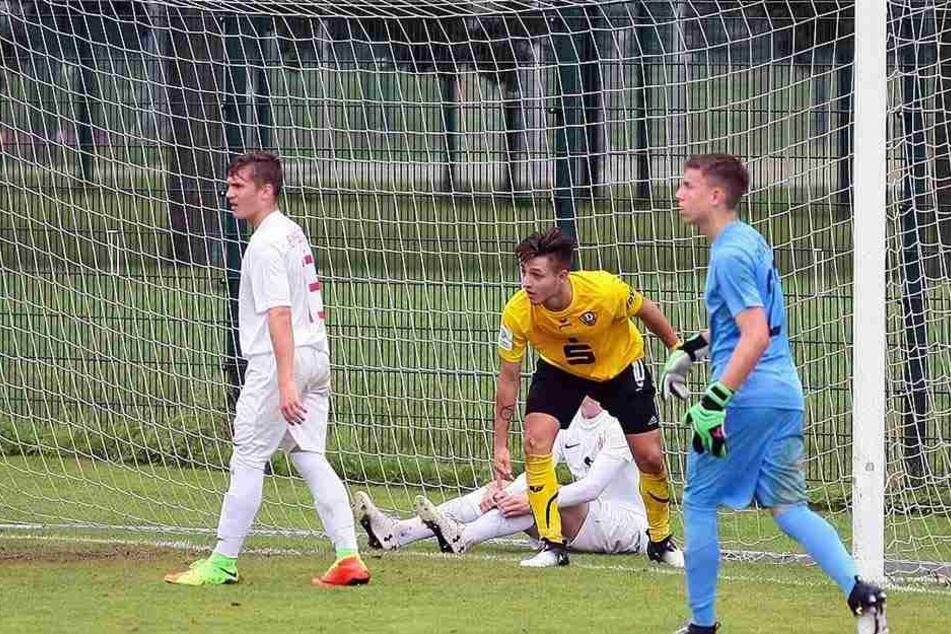 """Vasileios Kapurani (gelbes Trikot) traf zum 2:0-Endstand für die """"U17"""" gegen Elmsbüttel."""