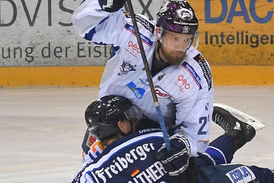Marco Müller (hinten) behält gegen Timo Walther (Eislöwen) die Oberhand.