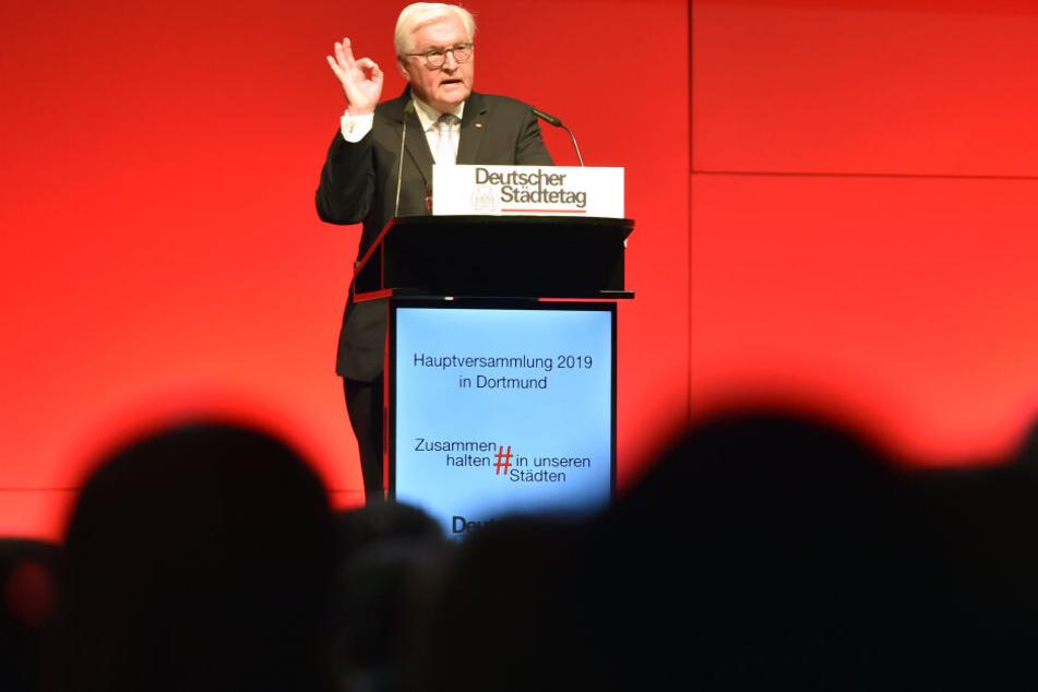 Beim Deutschen Städtetag in Dortmund prangerte Bundespräsident Frank-Walter Steinmeier die Hasskommentare gegen Lübcke heftigst an.