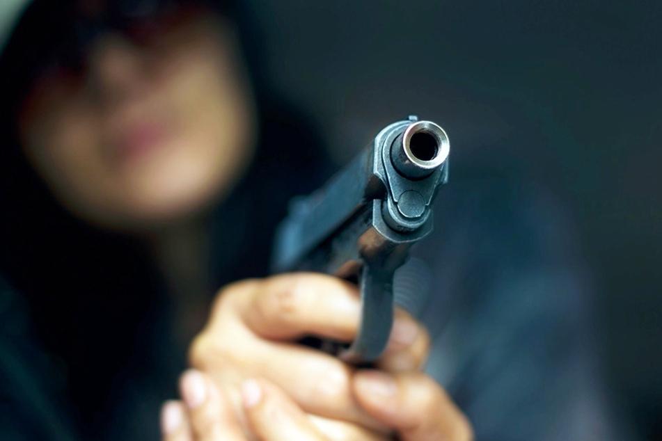 Mit vorgehaltener Waffe überfielen zwei Jugendliche eine Tankstelle und im Anschluss eine Bäckerei.