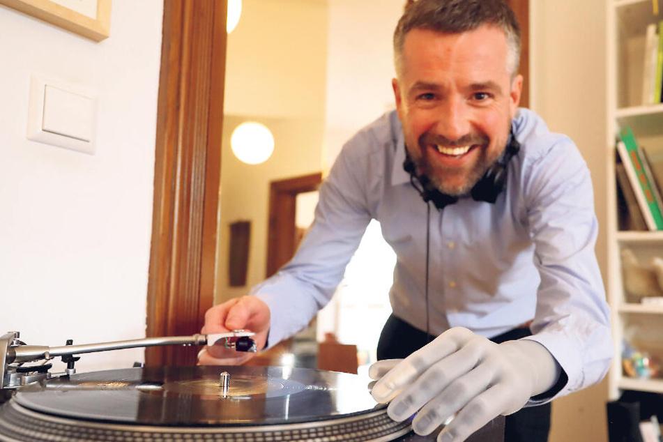 Der Psychologie-Professor mag elektronische Musik, legt manchmal als Hobby-DJ in einem Klub auf.