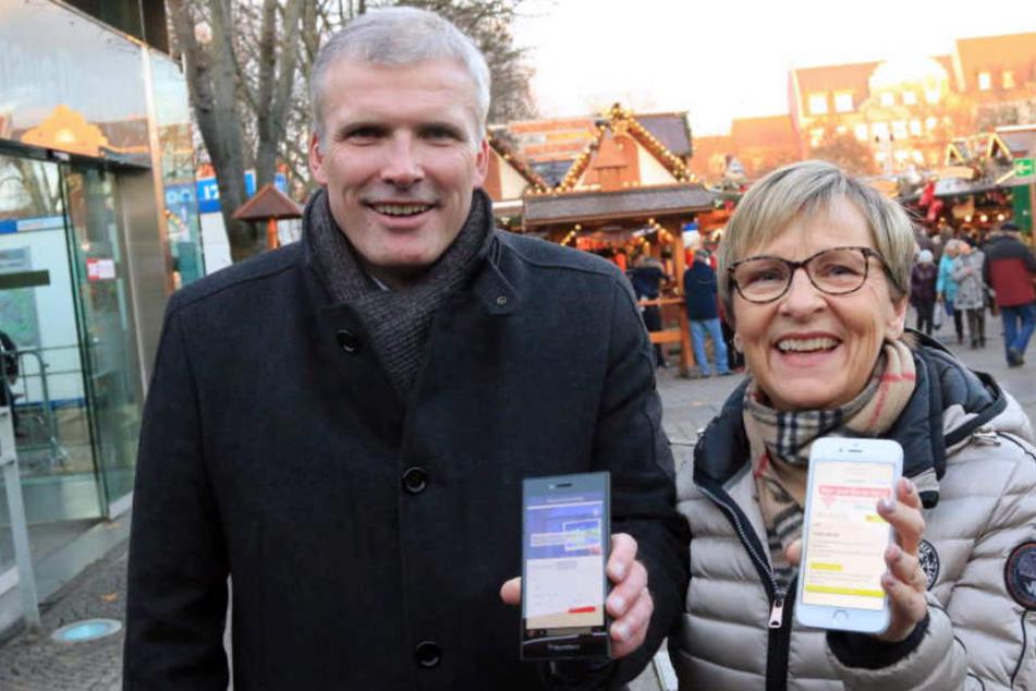 """Andreas Bausewein (SPD) und Myriam Berg präsentierten am Dienstag das """"W-Lan to go"""" auf dem Weihnachtsmarkt."""