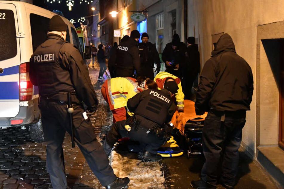 Ein Verletzter wird am Rand der Demonstration von Sanitätern versorgt.