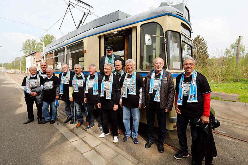 Die Mitglieder der Meistermannschaft von 1967 wurden mit einer historischen Straßenbahn abgeholt.