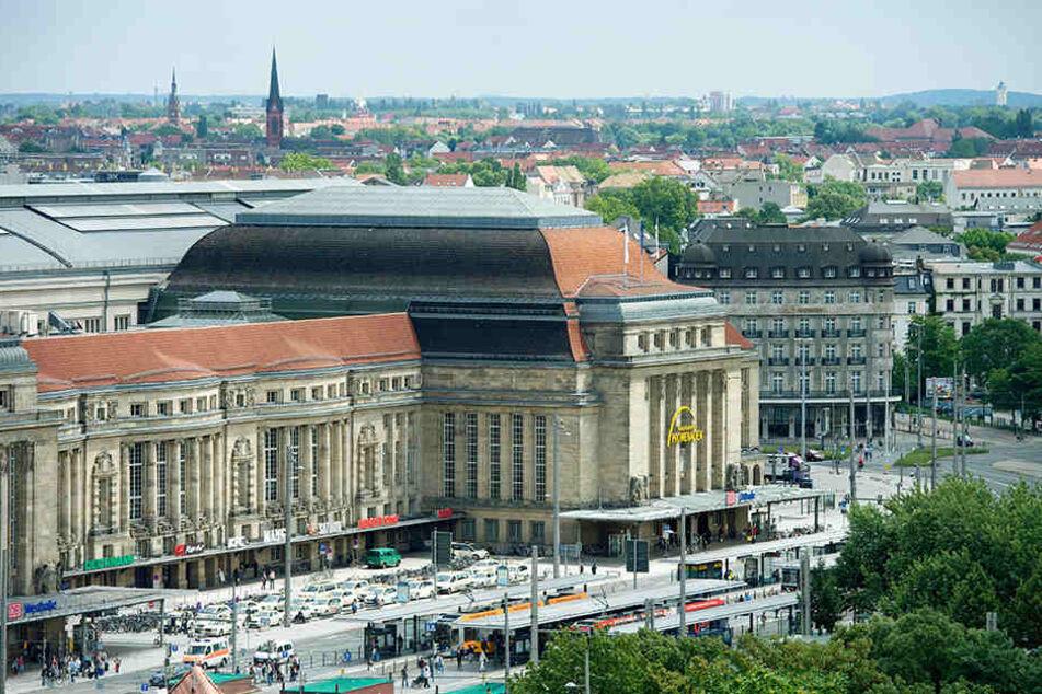 Beim Erinnerungsfoto vor dem Leipziger Hauptbahnhof wurde eine junge Frau beklaut.