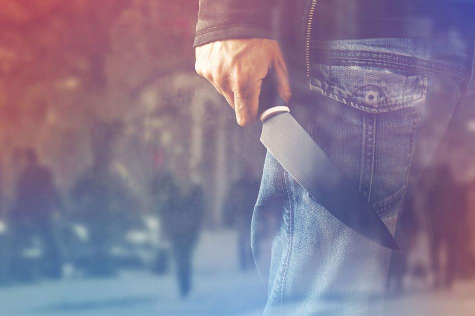 Verwirrter Mann attackiert Passanten mit Steinen und Messer