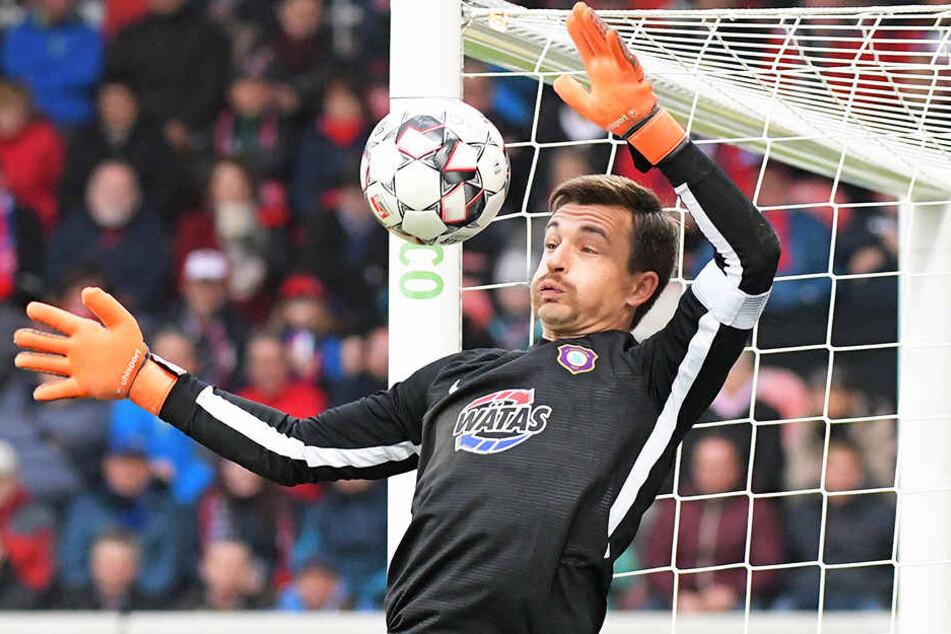 Aues Keeper Martin Männel fällt mit einer Knieverletzung gegen den Hamburger SV aus.
