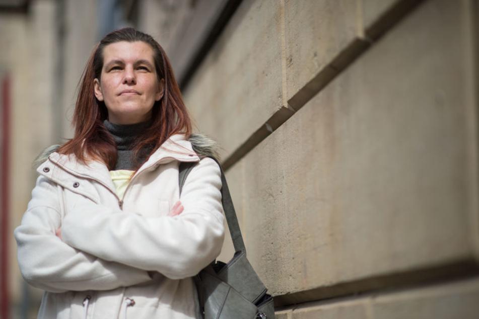 Sandra Schlensog steht in der Innenstadt vor einer Fassade eines Wohnhauses. Schlensog initiierte eine Online-Petition, mit der Gesundheitsminister Spahn (CDU) aufgefordert wird, Hartz IV selbst auszustesten. (Archivbild)
