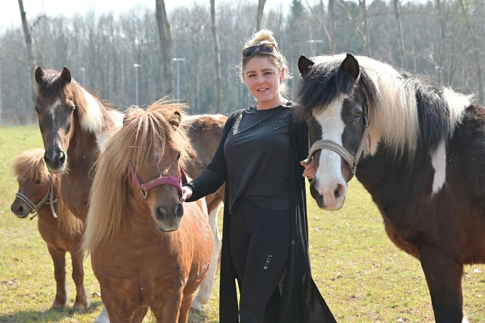 Futter gibt's bis Ende April: Ramona Renz (33) kümmert sich um die Zirkuspferde.