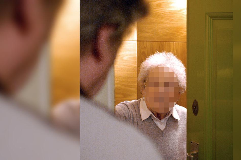 Ein Betrüger hat von einer Rentnerin mehrere Tausend Euro gestohlen. (Symbolbild)