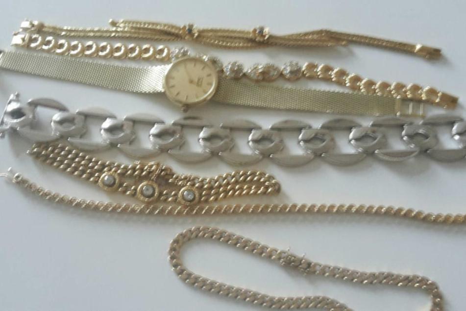 Die Diebe erbeuteten ebenso diverse Ketten und eine goldene Armbanduhr.