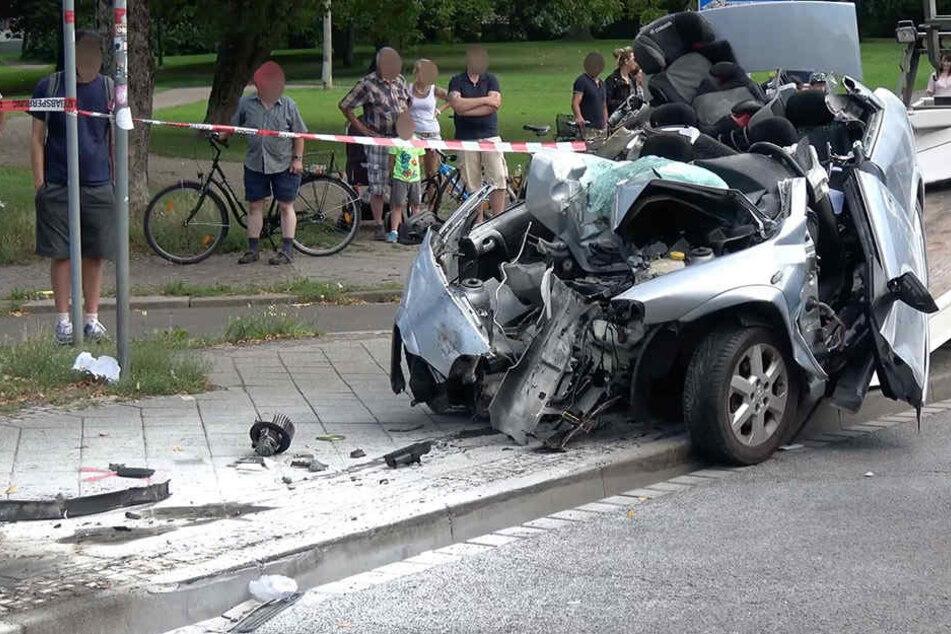 Schwerverletzt musste der Autofahrer aus seinem Wagen befreit werden.