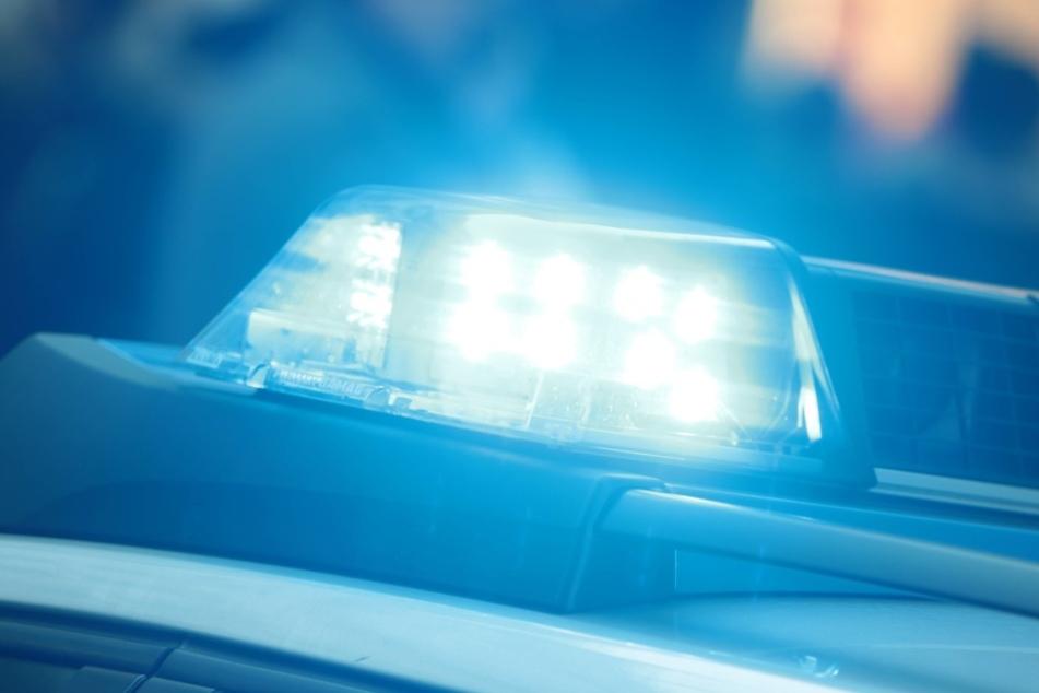 Als die Polizei eintraf, waren zwei Menschen bereits tot, der dritte starb noch an der Unfallstelle. (Symbolbild Polizei)