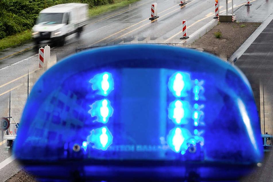 Mit einem vermutlich selbst gebastelten Blaulicht ist ein Autofahrer auf der A3 unterwegs gewesen.