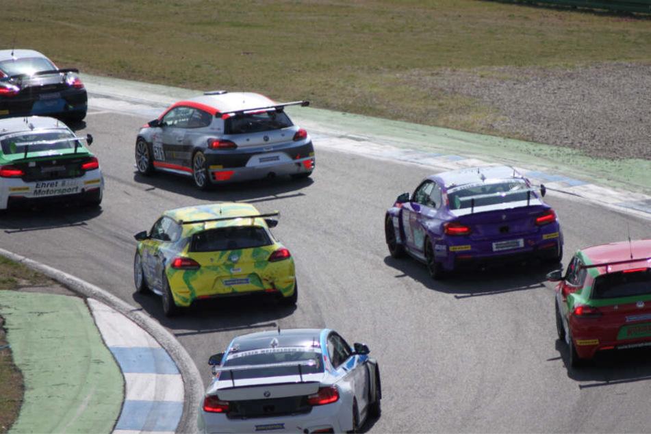 Dank 330 PS unter der Haube setzt Jonas mit seinem gelb-grünen VW Scirocco gekonnt zum Überholen an.
