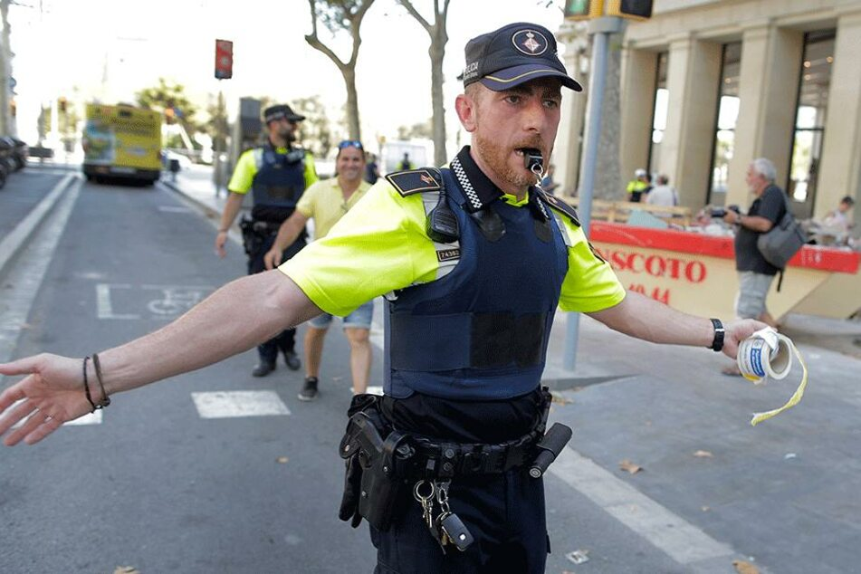 Ein Polizist sperrt eine von zahlreichen Straßen ab.
