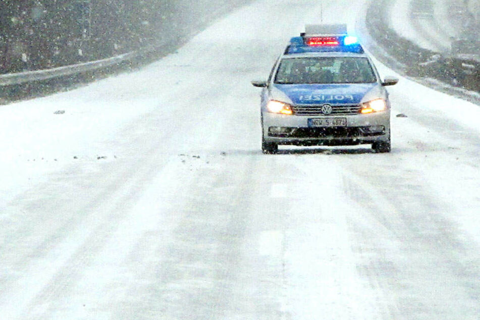 In Niedersachsen ist ein Reisebus bei Schnee und Eis verunglückt (Symbolbild).
