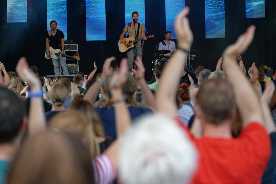 """Nordrhein-Westfalen, Köln: Die Band """"Miljö"""" steht beim Konzert """"Sommer im Garten"""" am Kölner Tanzbrunnen auf der Bühne."""