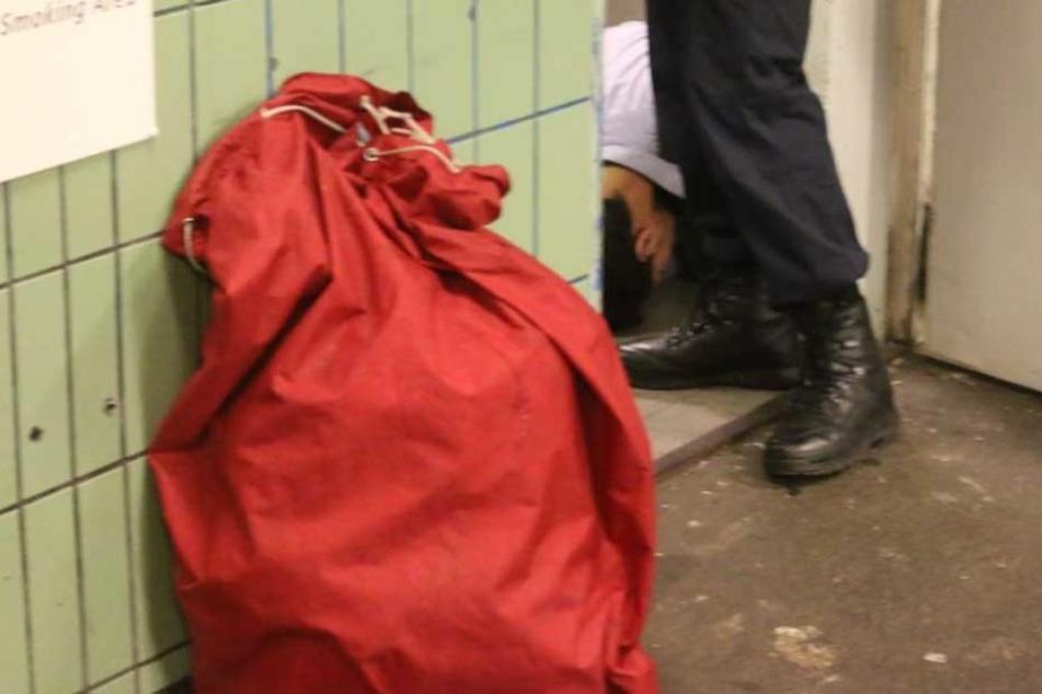 Einer der Festgenommenen wurde im ehemaligen Aufsichtsraum des U-Bahnhofs dort von der Polizei am Boden fixiert.