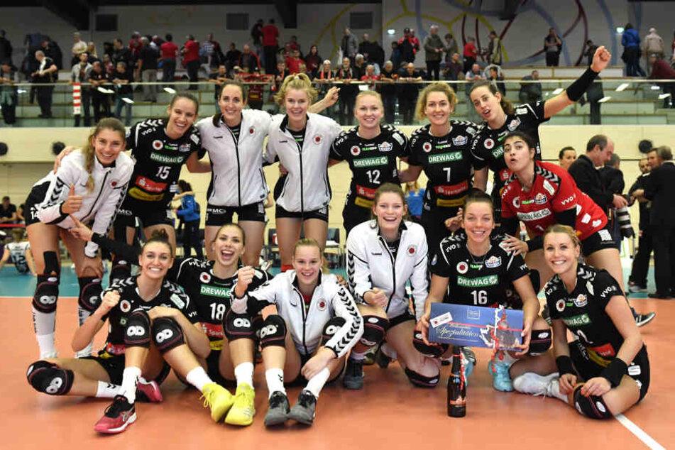 Strahlendes Lachen: Die Volleyballerinnen des Dresdner SC haben ihr Heimturnier gewonnen.