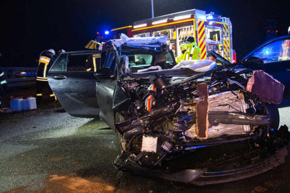 Trümmerfeld auf der A3: Auto-Fahrer nach Crash mit Transporter eingeklemmt
