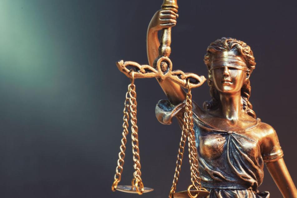 Zu Prozessbgeinn schweigte der 37-Jährige vor Gericht. (Symbolbild)