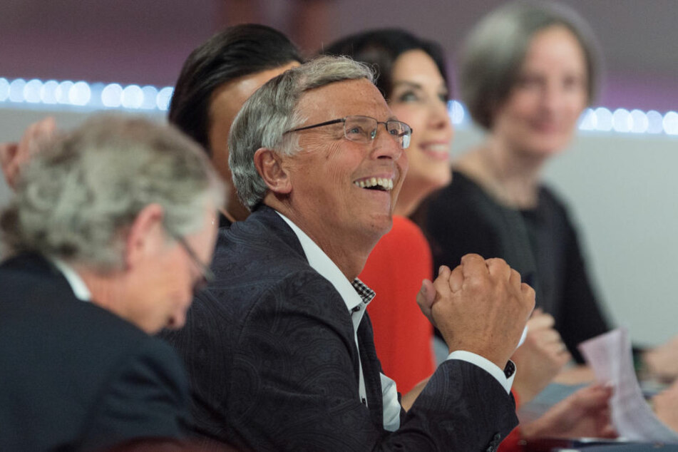 CDU-Politiker Wolfgang Bosbach zeigt sich angetan von den schönen Frauen. Er sitzt in der Jury.