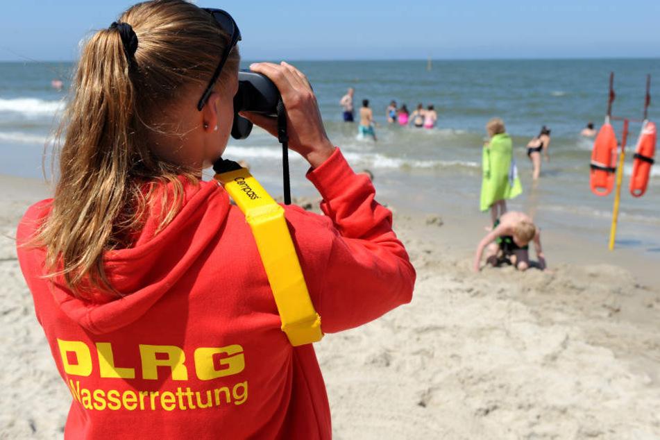 Eine Rettungsschwimmerin am Strand. (Symbolbild.)